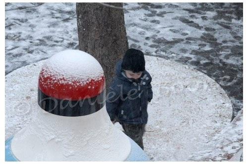 Découverte de la première neige dans la cours de récré…
