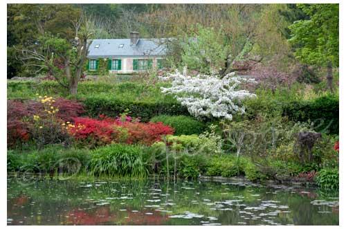 La maison de Monet vue du jardin d'eau