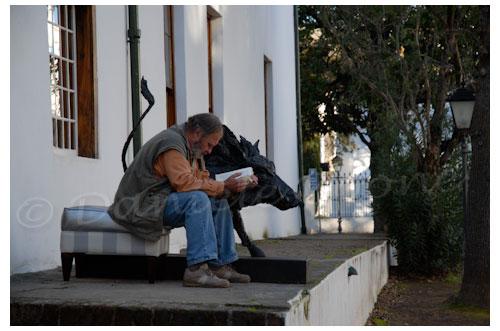 Galeriste lisant près d'une sculpture animalière © Danièle Boone