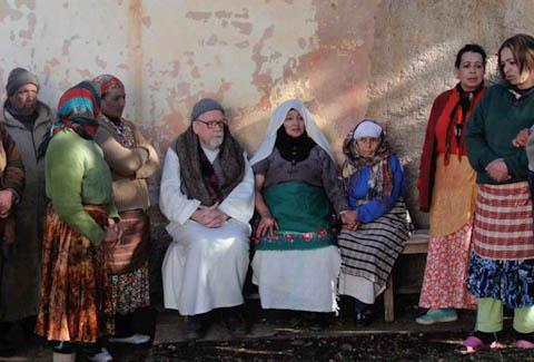Frère Luc (Michael Lonsdale) avec les villageois