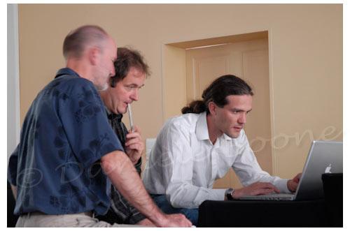 Alain Canet (au centre) prépare son intervention © Danièle Boone
